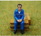 81005-Zittende-Landbouwer-monteur-(blauw-overall)-(Jacob-zit)-Monteur-boer-loonwerker--Handgeschilderd-model-1:32-(POP)