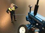 85042-Boer--Monteur-denkt-na-wrijft-door-haar--(Sonkerblauw-gele-overal)-Monteur-boer-loonwerker-Handgeschilderd-model-1:32-(POP)-verwacht-Oktober