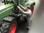 85070-Boer-Monteur-stapt-in--(Grijze-overal-met-groen)-Monteur-boer-loonwerker-Handgeschilderd-model-1:32-(POP)-verwacht-Oktober