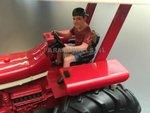 85092-Jonge-bestuurder-boerenzoon-met-petje-chauffeur-(rood-shirt-korte-broek)-Monteur-boer-loonwerker-Handgeschilderd-model-1:32-(POP)-verwacht-Oktober