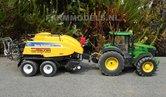 330.-John-Deere-7280R-met-New-Holland-BB9090-grootpakpers-op-brede-banden-met-fronthef