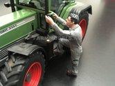 81070-Boer-Monteur-stapt-in--(Grijze-overal-met-groen)-Monteur-boer-loonwerker-Handgeschilderd-model-1:32-(POP)