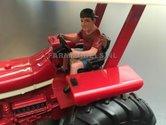 81092-Jonge-bestuurder-boerenzoon-met-petje-chauffeur-(rood-shirt-korte-broek)-Monteur-boer-loonwerker-Handgeschilderd-model-1:32-(POP)